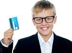 У мальчика в руке кредитка
