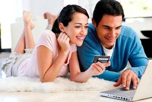 Мужчина и женщина оплачивают покупки картой