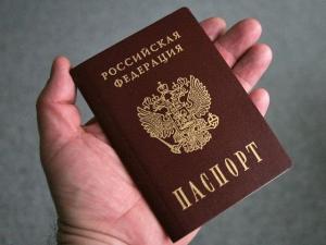 В руке Российский паспорт