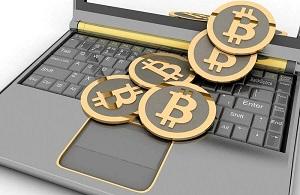 Ноутбук, россыпь монет биткоин