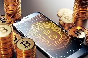 Смартфон, золотые монеты биткоин
