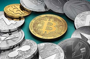 Монеты рассыпаны на столе