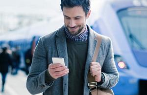 Мужчина со смартфоном в руках