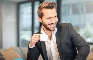 Мужчина бизнесмен с чашкой кофе в руках